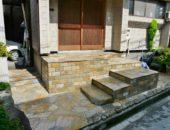 石材の映える玄関ポーチ